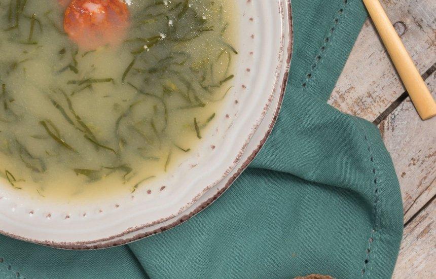 [Perfeito para o frio: aprenda a fazer um delicioso caldo verde]