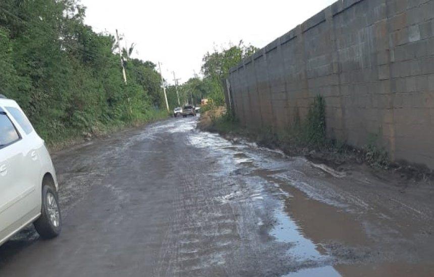 [Moradora reclama de estrada esburacada em Cajazeiras de Abrantes]