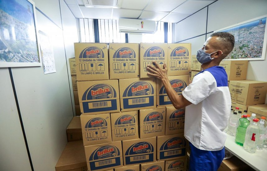 [Camaçari: doação de 3,6 mil litros de água sanitária reforça o combate à Covid-19]