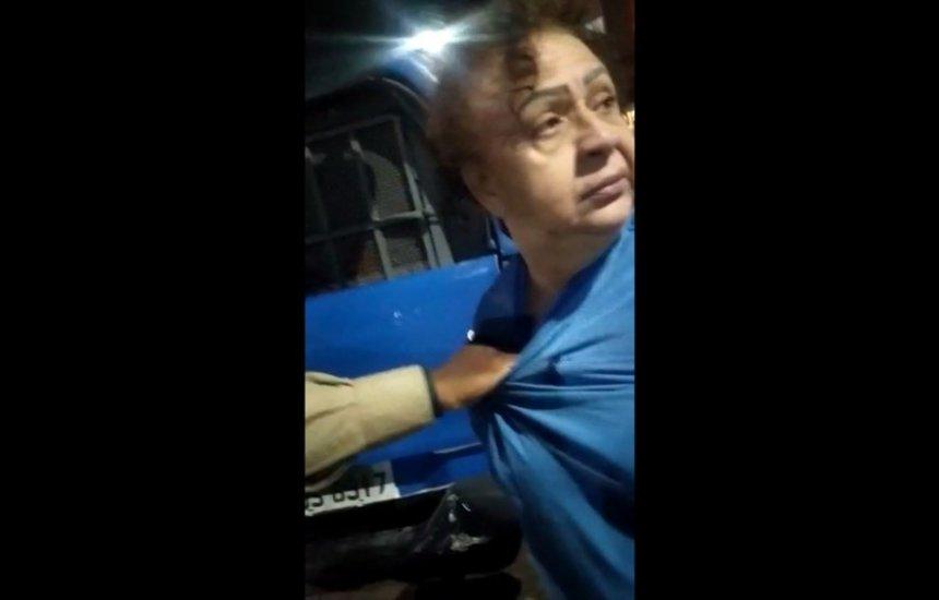 [Idosa que foi detida por agredir companheira e chamar PM de 'macaco' é servidora do TJ da Bahia]