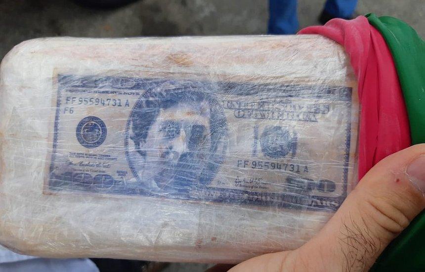 [Tabletes de pasta base de cocaína com imagem de Pablo Escobar são apreendidos em Feira]