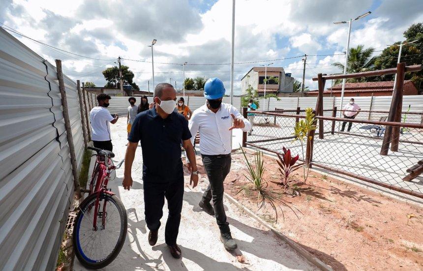 Prefeito Elinaldo visita andamento das obras da Praça do Burissatuba