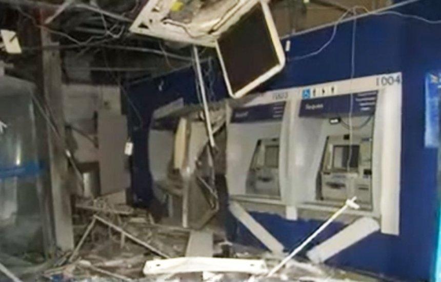 Grupo explode caixas e agência bancária fica destruída no bairro do Retiro