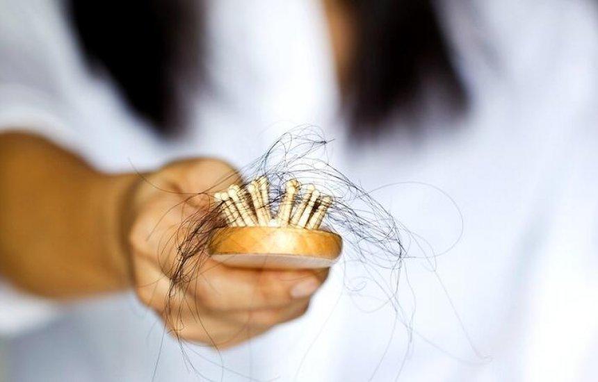 [Queda de cabelo: muitos fios pelo chão e presos na roupa pode ser sinal de perigo]