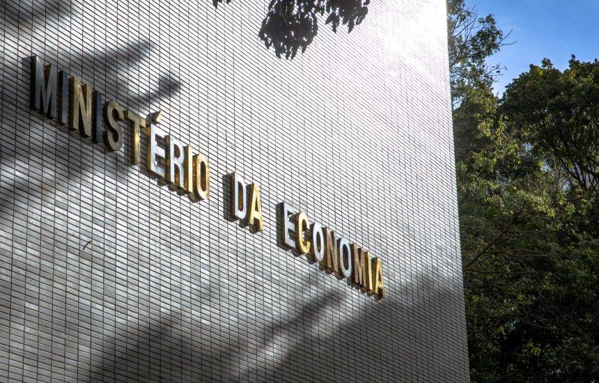 [Governo reduz previsão de rombo nas contas para R$ 844 bilhões]