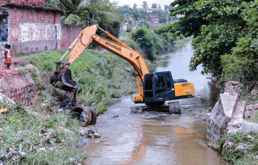 [Serviços de limpeza e desobstrução são realizados em canal da Rua Belmonte]