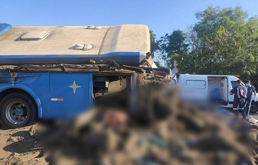[Acidente entre ônibus e caminhão deixa 40 pessoas mortas e 14 feridas em SP]