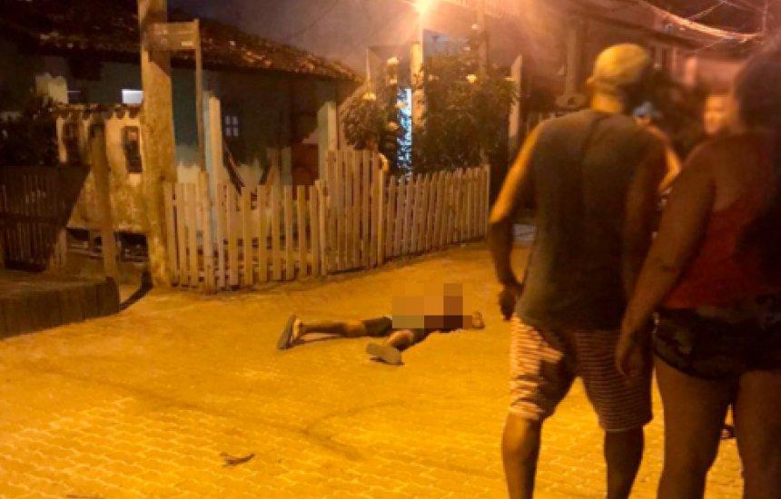 [Jovem é assassinado a tiros em Praia do Forte]