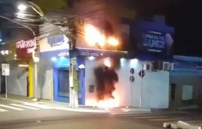 [Fiação pega fogo e assusta moradores no Centro de Camaçari]