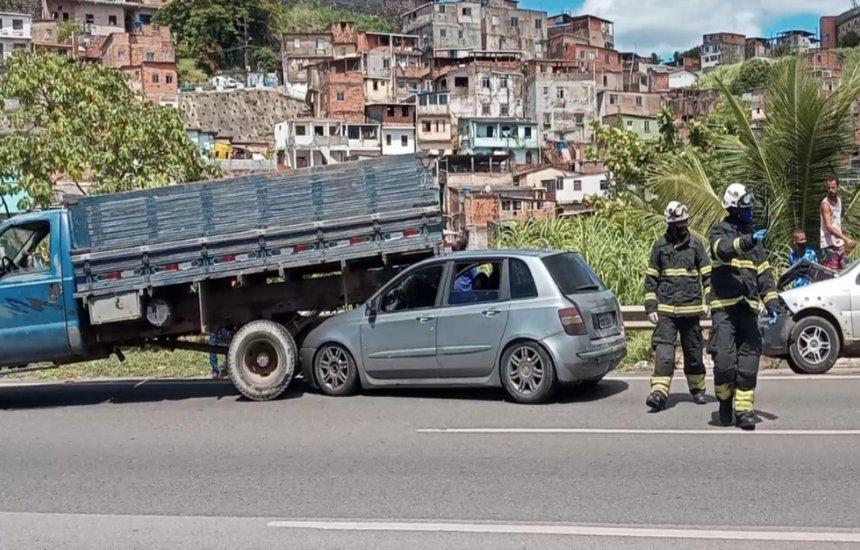 [Engavetamento com ao menos sete veículos causa grande congestionamento na BR-324]