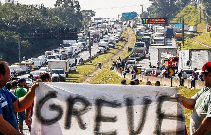 [Bolsonaro pede para caminhoneiros não fazerem greve e fala em baixar preço do diesel]