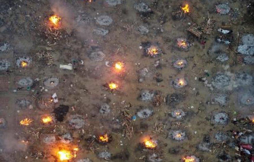 [Covid: Índia faz cremação em massa; Emirates suspende voos ao país]