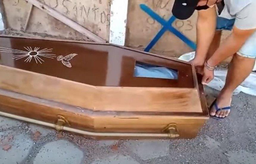 [PT afasta vereador que abriu caixão de idoso que morreu com suspeita de Covid-19]
