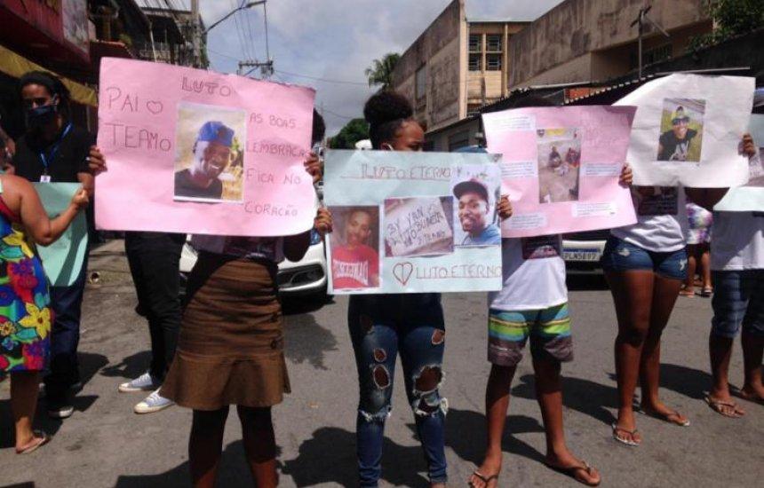 [Salvador: Familiares de jovens mortos após serem acusados de furtar supermercado fazem protesto]