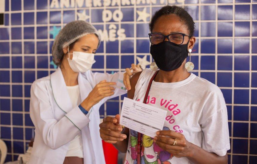 [Pessoas com comorbidades e profissionais do transporte alternativo começam a ser vacinadas em Lauro]