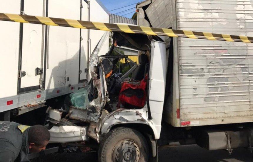 [Colisão entre dois caminhões deixa motorista preso às ferragens na Estrada do Coco]