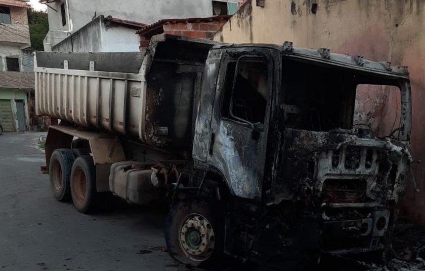 [Polícia investiga queima de veículos no bairro Camaçari de Dentro]