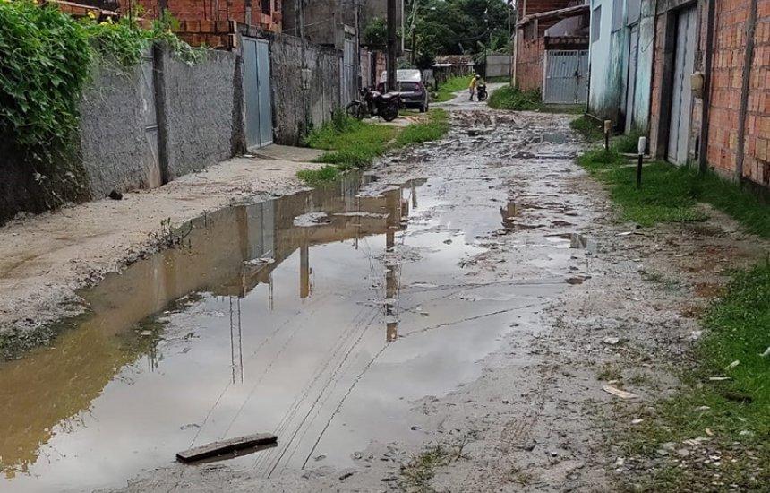 [Moradora reclama de abandono em rua do Parque Verde I: 'Água acumulada e mau cheiro']