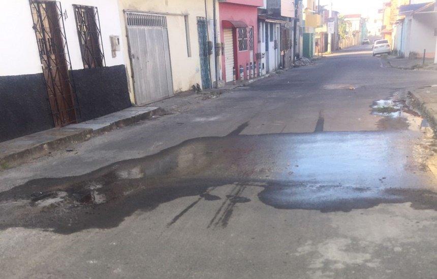['Há mais de um mês esse vazamento de água', reclama morador do Gravatá]