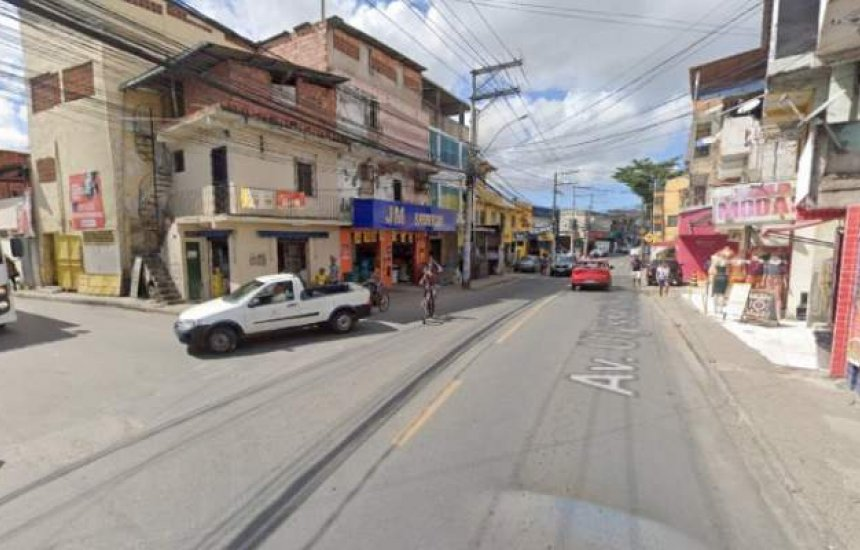 Feto é encontrado dentro de saco de lixo em avenida de Sussuarana