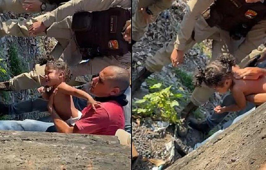 PMs salvam criança de 1 anos após se engasgar com moeda em Salvador