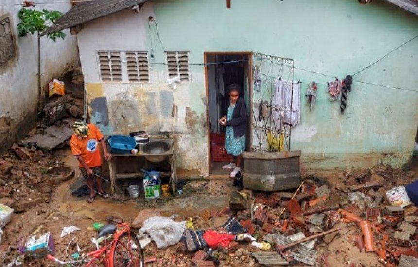 [Temporal provoca deslizamentos de terra e alaga casas no interior da Bahia]