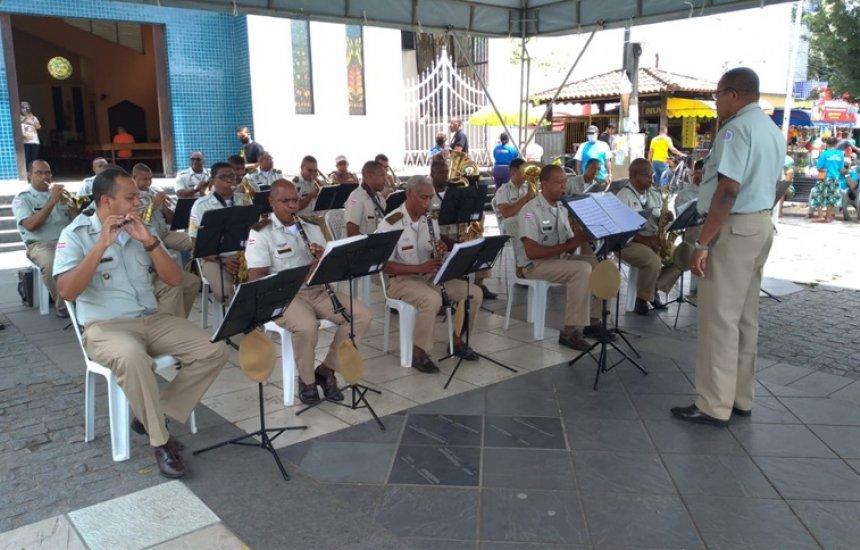 [Banda da Polícia Militar faz apresentação em praça no Centro de Camaçari]