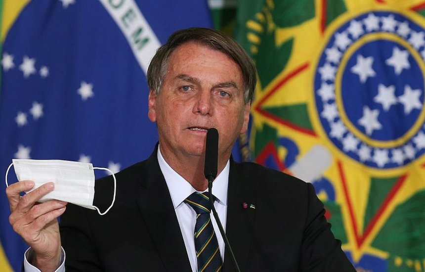 [Bolsonaro confirma Auxílio Brasil em R$ 400 e promete não furar teto de gastos]