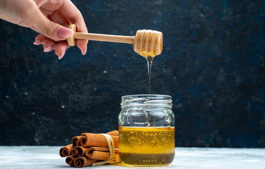 Descubra as vantagens da combinação de mel com canela